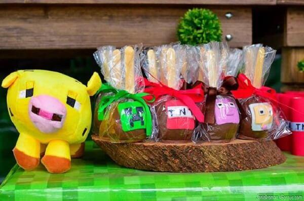 Lembrancinhas da festa minecraft feitas de maça com chocolate