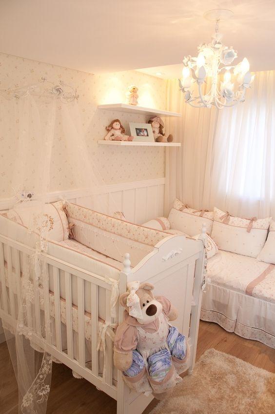 Lustre candelabro no quarto infantil