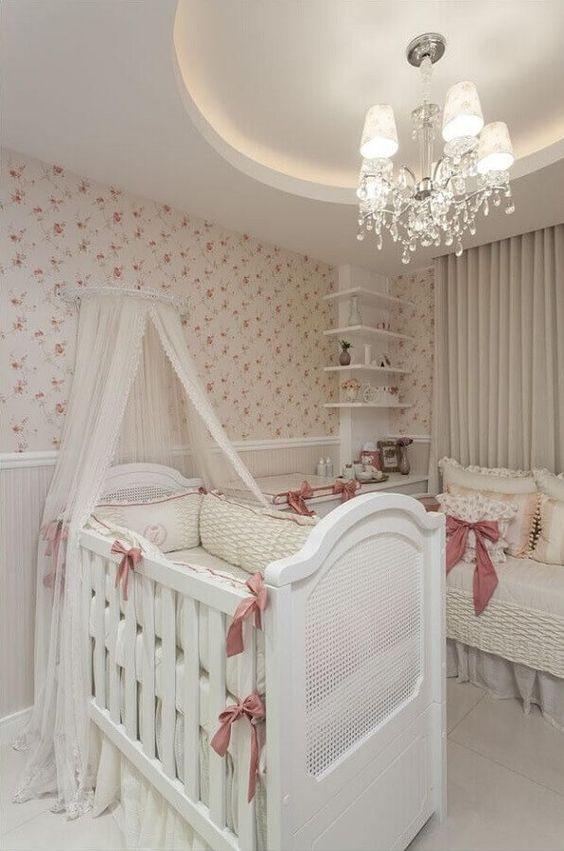 Lustre candelabro de cristal no quarto de bebê