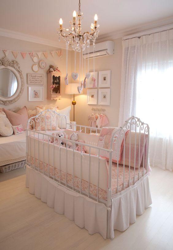 Quarto de bebê com lustre candelabro