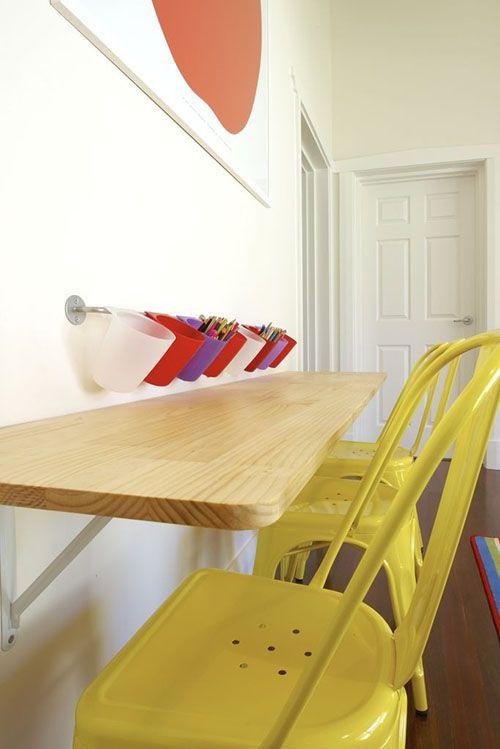 Mesa dobrável de madeira no quarto