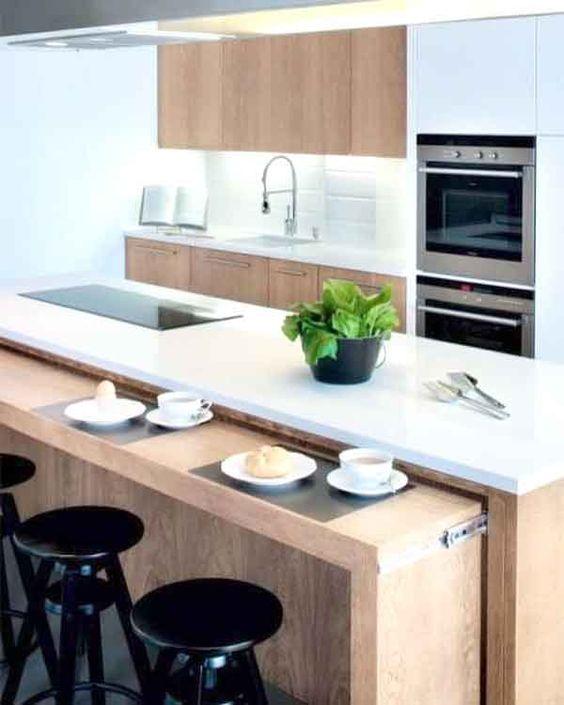Mesa dobrável na bancada da cozinha