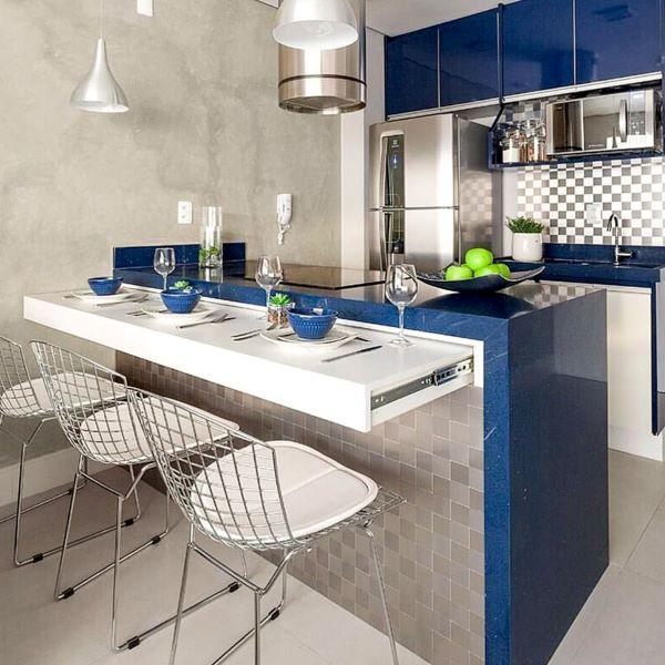 Mesa dobrável na bancada da cozinha azul