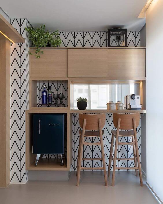 Mini geladeira em suporte elevado