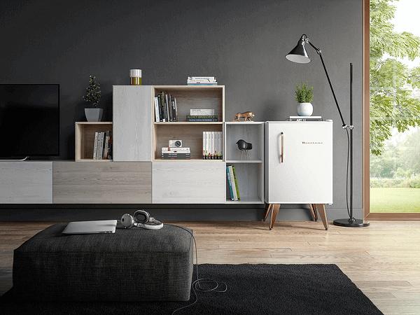 Mini geladeira na cor branca complementa a decoração da sala