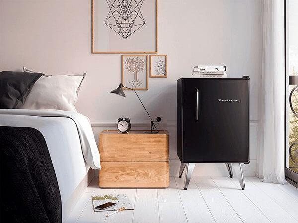 Mini geladeira na cor preta encanta a decoração do quarto