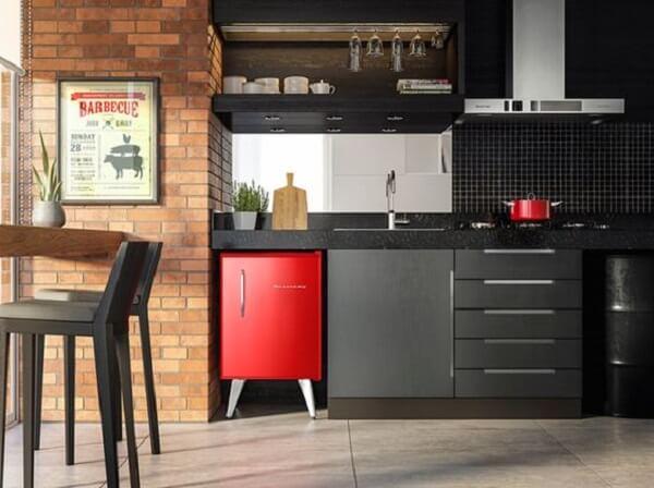 Mini geladeira na cor vermelha complementa o ambiente da varanda
