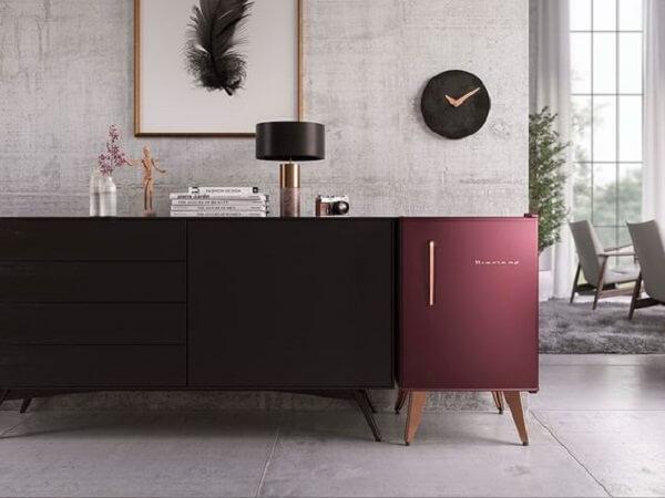 A cor ousada da mini geladeira traz vida para a decoração do ambiente