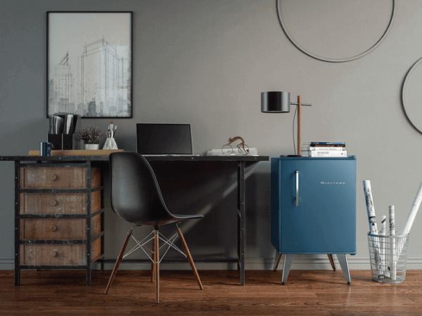 Mini geladeira posicionado ao lado da mesa do escritório