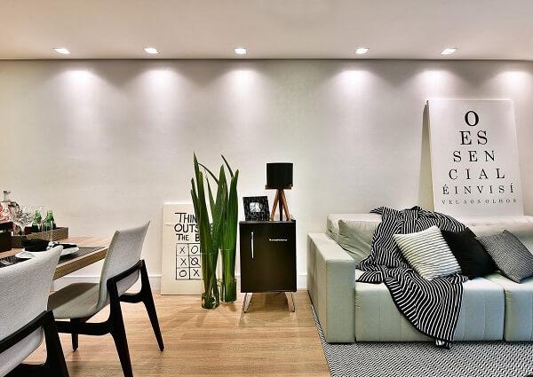 Mini geladeira preta complementa a decoração da sala de estar
