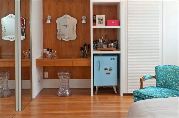 Mini geladeira retrô complementa a decoração do quarto