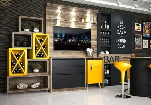 Mini geladeira retrô na cor amarela