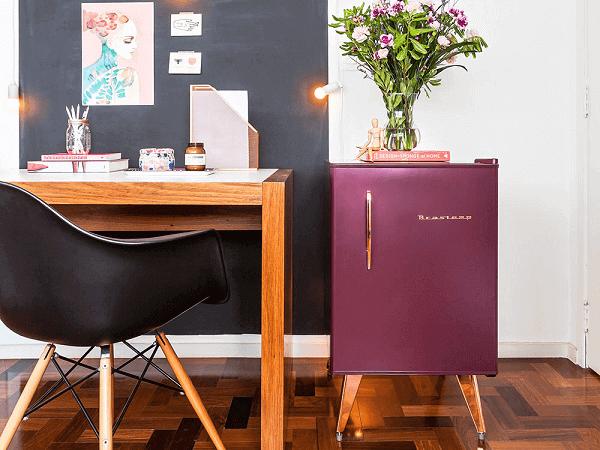 Mini geladeira retrô na cor marsala encanta o ambiente