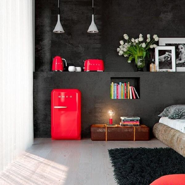 Mini geladeira retrô na cor vermelha incorpora a decoração do quarto