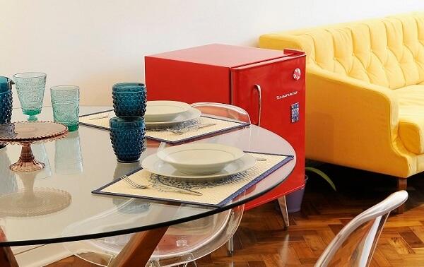 Mini geladeira retrô vermelha para sala