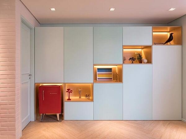 Mini geladeira retrô integra perfeitamente o móvel planejado