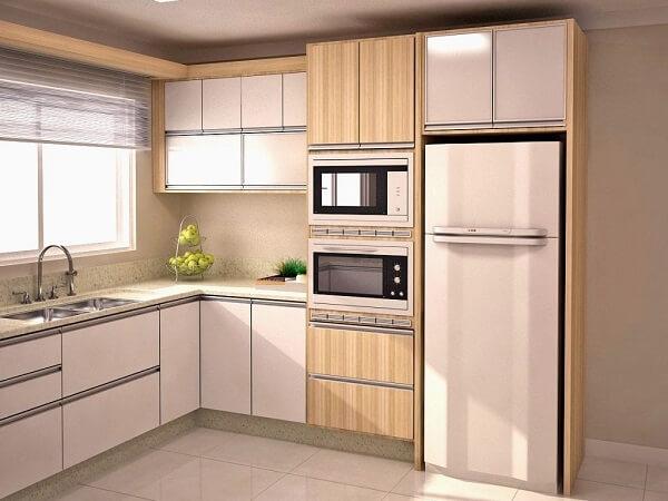 Modelo de cozinha em l com armários em tons claros