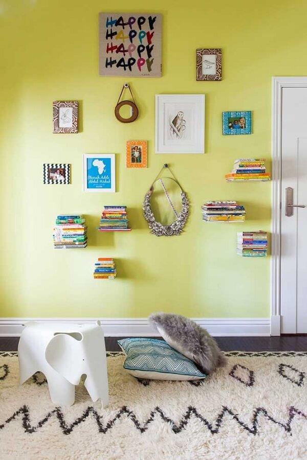 Os suportes do tipo L deixam o efeito de livros flutuantes na parede