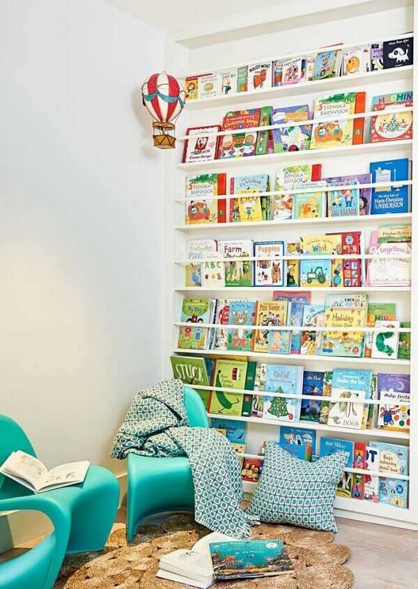 ara o quarto infantil procure investir em prateleiras com abertura frontal, expondo assim os livros