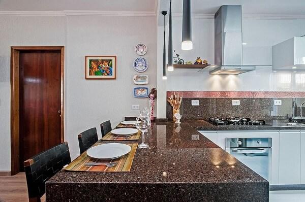 pendentes e quadros decorativos enfeitam a cozinha em l com bancada
