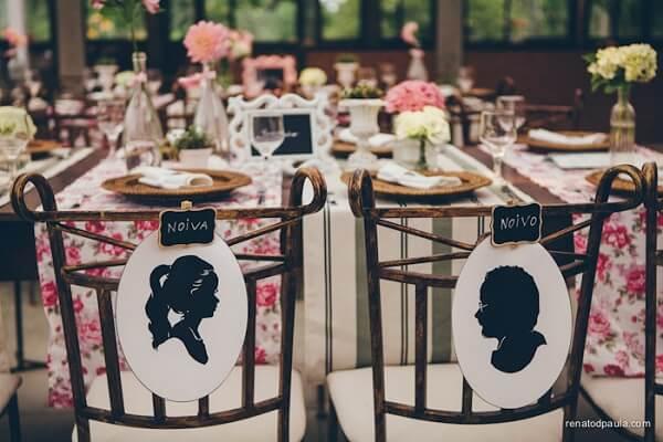 Personalize as plaquinhas das cadeiras dos noivos com a imagem de cada um