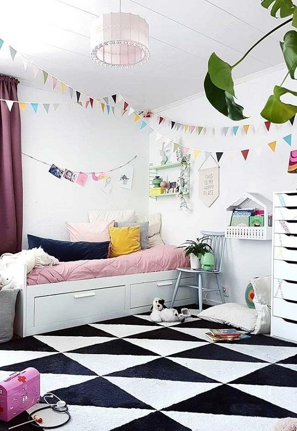 Piso xadrez, cama com gavetas e almofadas coloridas decoram o quarto. Fonte: Revista Viva Decora 2