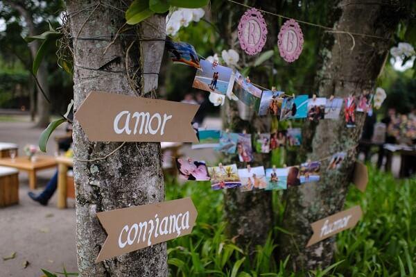 Plaquinhas de casamento fixas na árvore