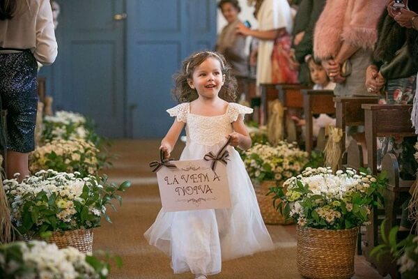 """Plaquinha with the phrase """"Here comes the bride"""""""