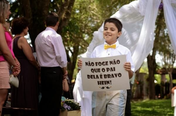 """Plaquinha with the phrases """"Do not run away that her father is angry, hein"""""""