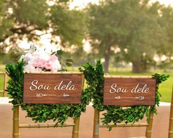 Plaquinha de casamento para cadeira dos noivos feita de madeira