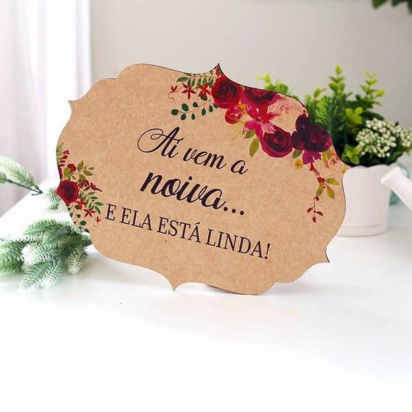 Plaquinha delicada feita em madeira para a entrada da noiva