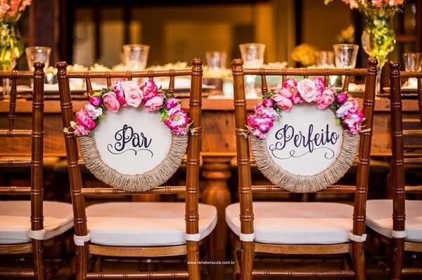 """Plaquinha para cadeira dos noivos com a frase """"Par Perfeito"""""""
