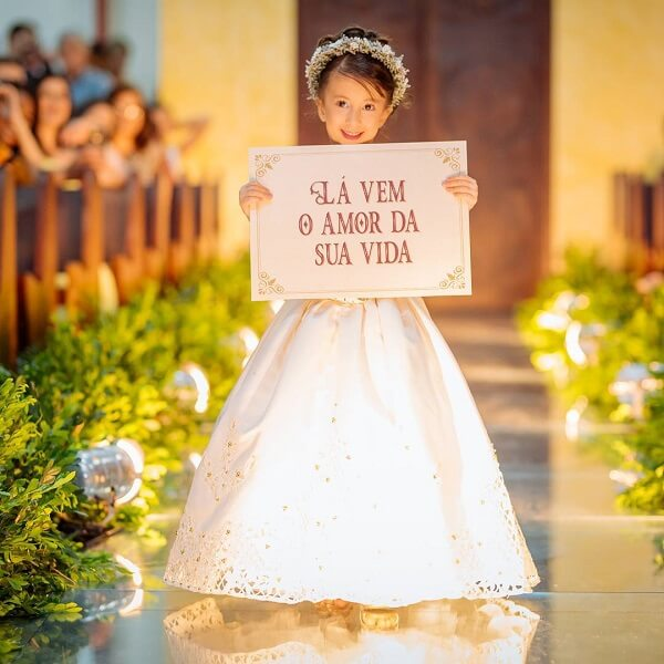 """Plaquinha for wedding with the phrase """"Here comes the love of your life"""""""