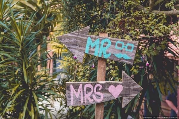 """Plaquinhas de casamento com a escrita """"Mr e Mrs"""""""