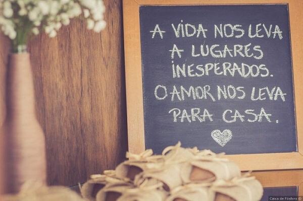 """Plaquinhas de casamento com a frase """"A vida nos leva a lugares inesperados. O amor nos leva para casa """""""