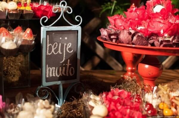 """Plaquinhas de casamento com a frase """"Beije Muito"""""""
