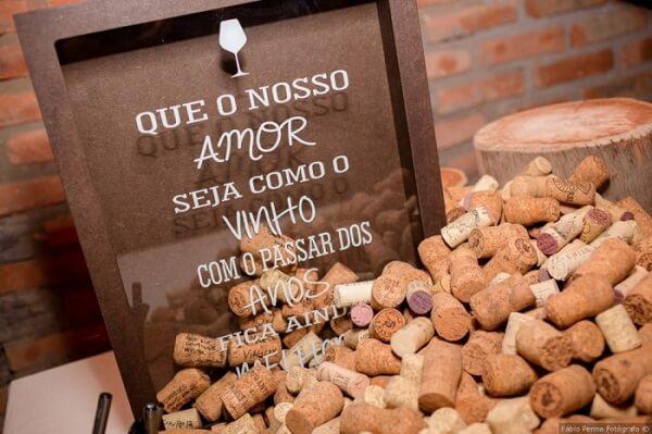"""Plaquinhas de casamento com a frase """"Que o nosso amor seja com o vinho com o passar dos anos fica ainda melhor"""""""