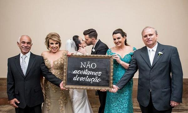 """Plaquinhas de casamento divertida com a frase """"Não aceitamos devolução"""""""