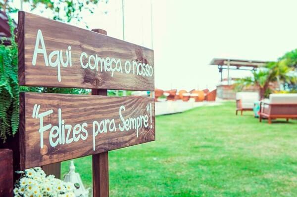 Plaquinhas de casamento feitas de madeira para entrada da festa