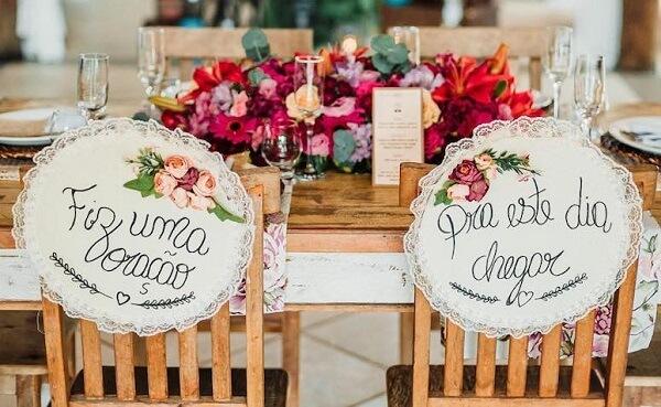Plaquinhas de casamento feito com renda é puro charme