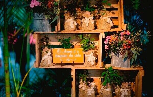 Plaquinhas de casamento decorativas dispersas pelo salão de festas