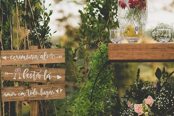 Plaquinhas informativas de madeira para casamento