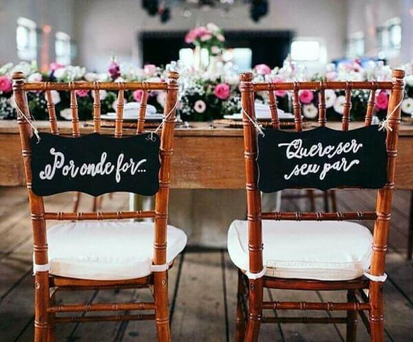 """Plaquinhas para cadeira dos noivos com a frase """"Por onde for...quero ser seu par"""""""