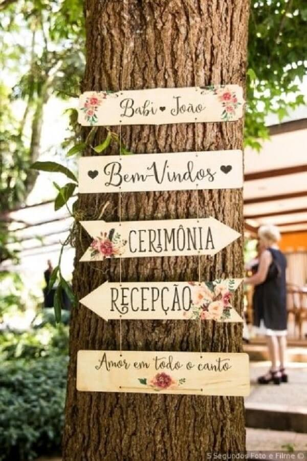 Little stickers hanging from the tree enchant the wedding decoration