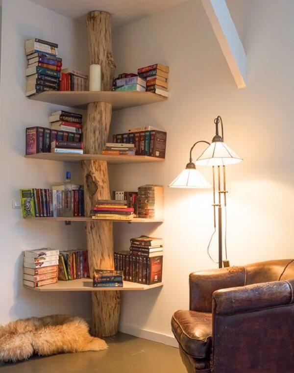 Prateleira para livros com estrutura rústica de tronco