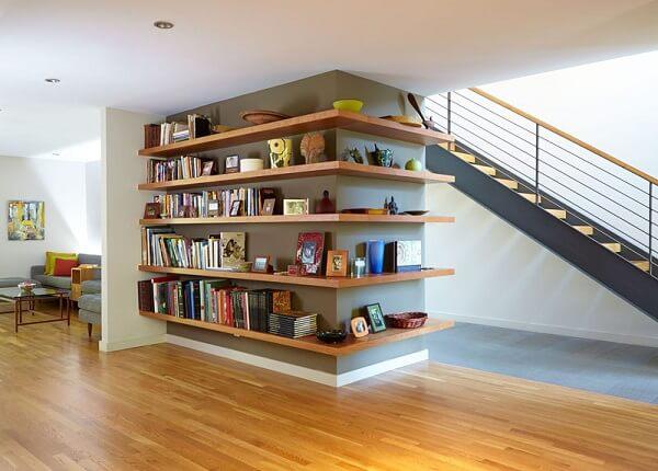 Prateleira de canto para apoio de livros e itens decorativos