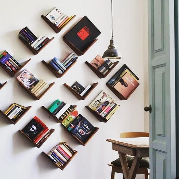 Prateleira de livro alinhadas de forma inclinada