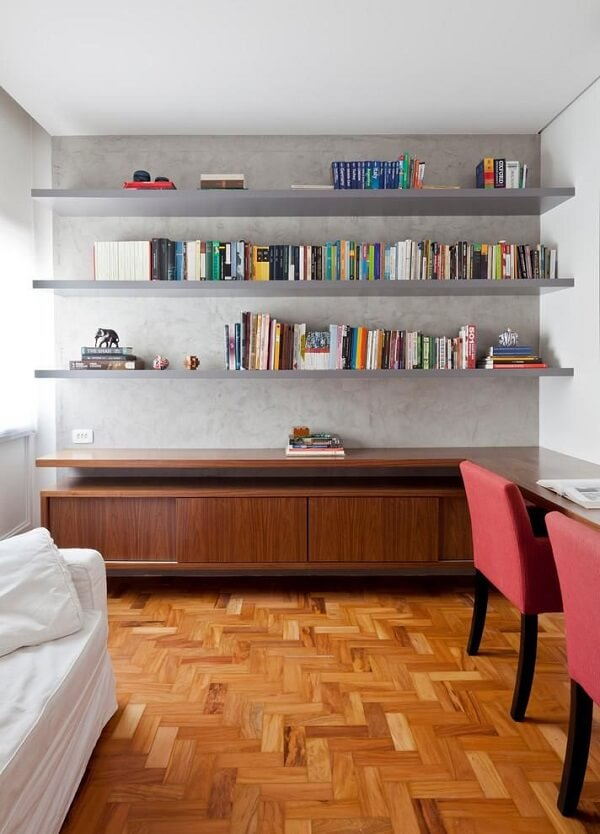 Prateleira de livros alinhada junto a parede