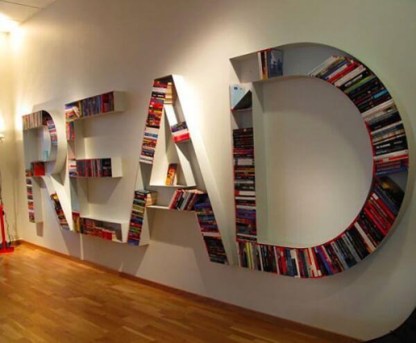 Prateleira para livros representando a palavra READ