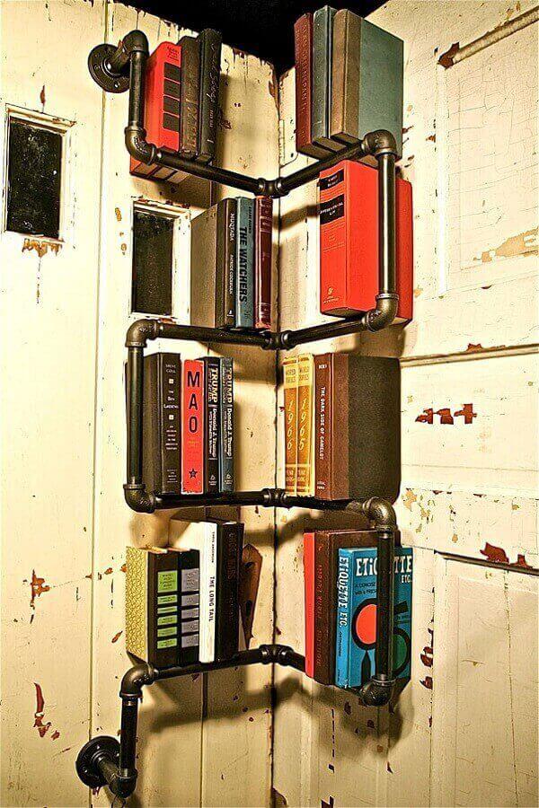 Prateleira para livros com design criativo formado por canos